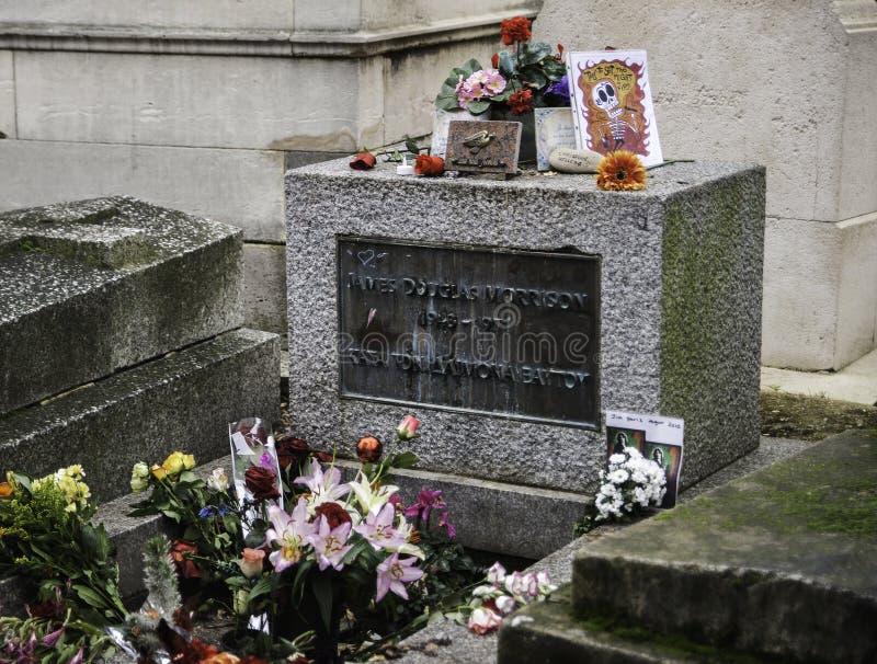 La tombe de Jim Morrison dans le cimetière de Paris - de Pere Lachaise photos stock