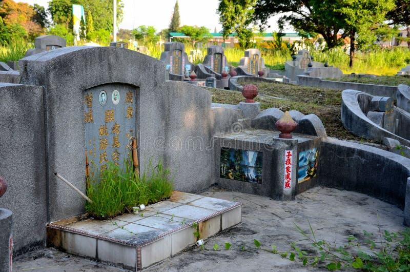 La tombe du Chinois a marié des couples ainsi que la pierre tombale fleurie au cimetière Ipoh Malaisie de cimetière photographie stock libre de droits