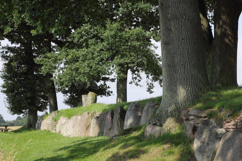 La tombe mégalithique reconstruite de Karlsminde en Allemagne du nord photo stock