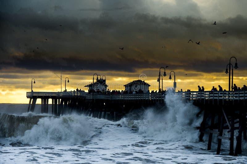 La tormenta agita en el embarcadero del océano imagenes de archivo