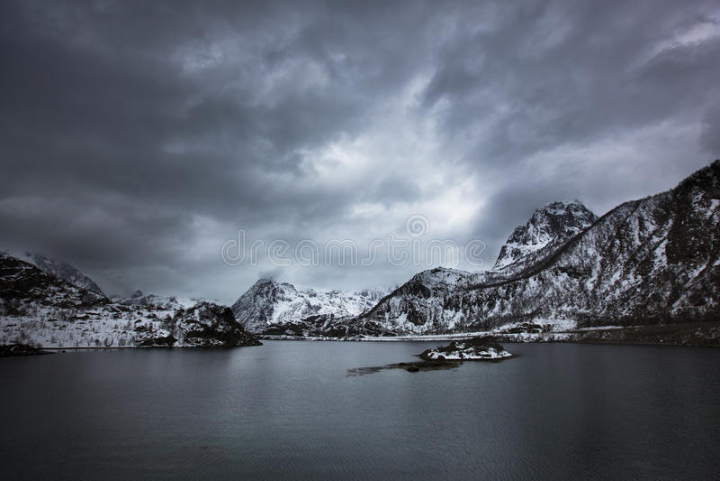 La tormenta en lofoten imagenes de archivo
