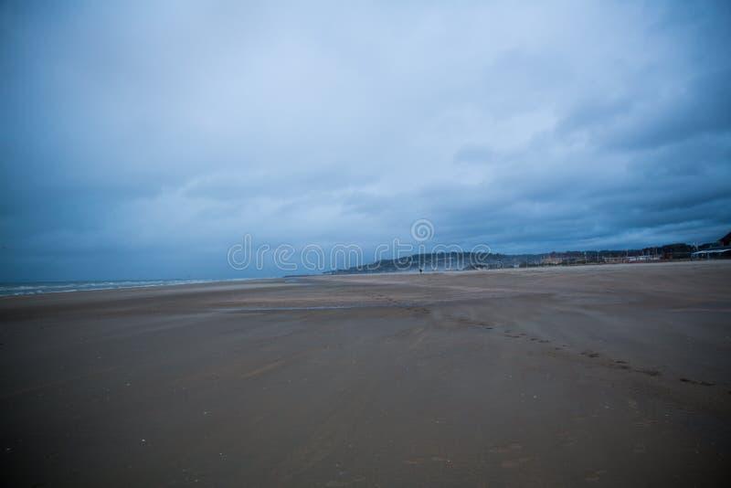 La tormenta está viniendo en la playa en la puesta del sol 2 imagen de archivo
