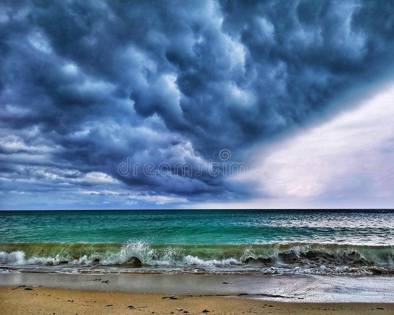 La tormenta está viniendo, que gana el lado brillante u oscuro imagen de archivo