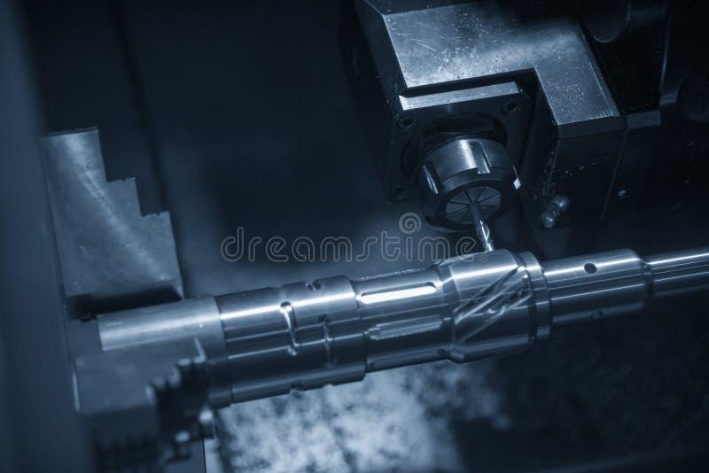 La tornitura di CNC o la scanalatura di taglio a macchina del tornio fotografia stock libera da diritti
