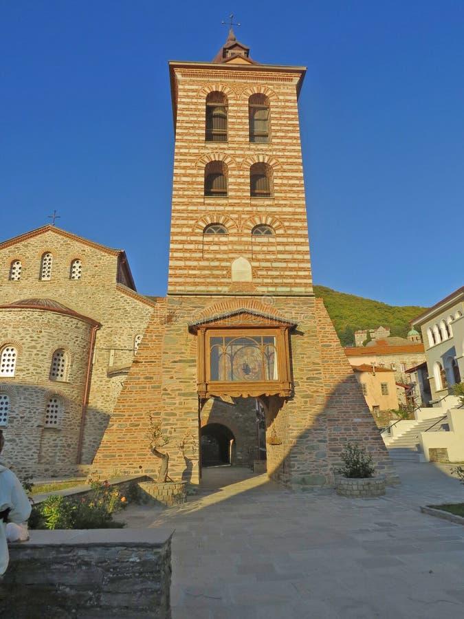 La torre accanto alla chiesa del Protaton in Karyes al monte Athos, Grecia fotografie stock
