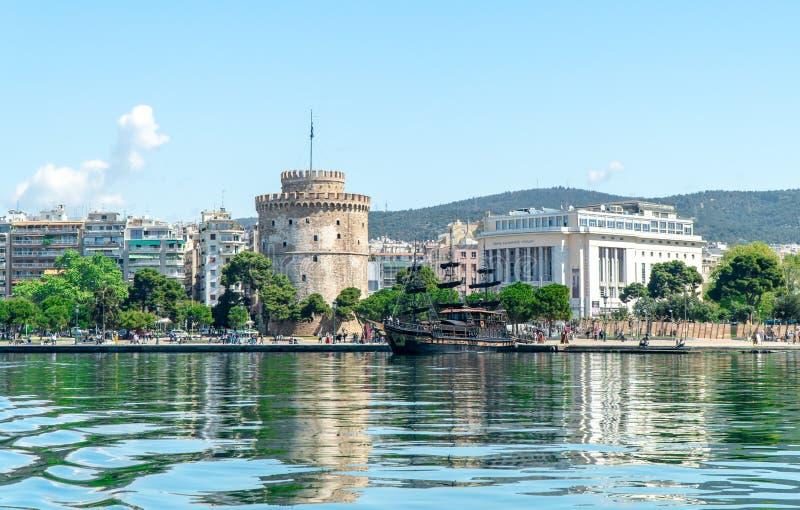 La torre bianca del simbolo e del punto di riferimento della città di Salonicco, bello giorno soleggiato dopo molto periodo di p fotografia stock libera da diritti