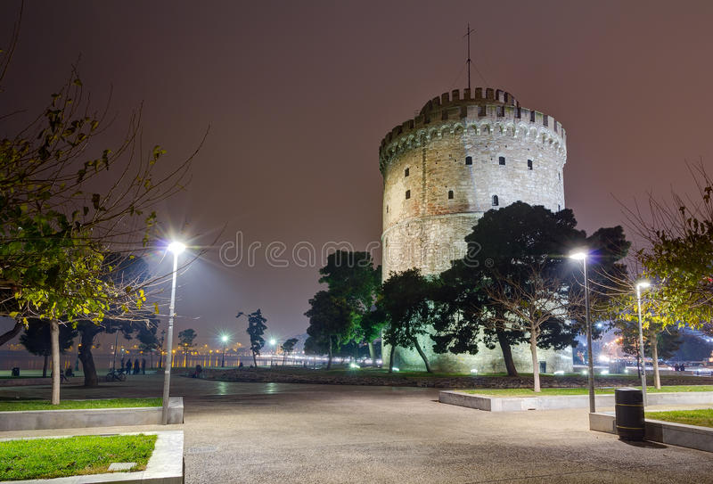 La torre blanca en la noche, Salónica, Grecia imagen de archivo libre de regalías