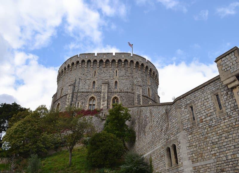 La torre con la bandera de Gran Bretaña en la pared de Windsor imagenes de archivo