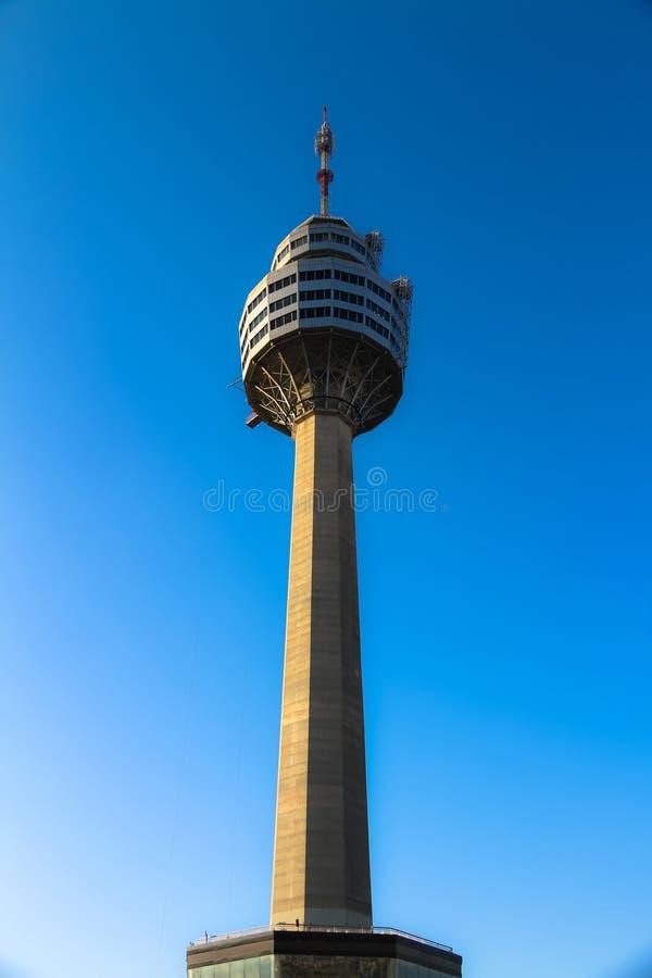 La torre con el cielo azul es el fondo imagen de archivo