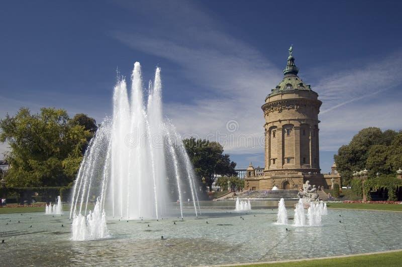 La torre de agua en Mannheim, Alemania fotos de archivo