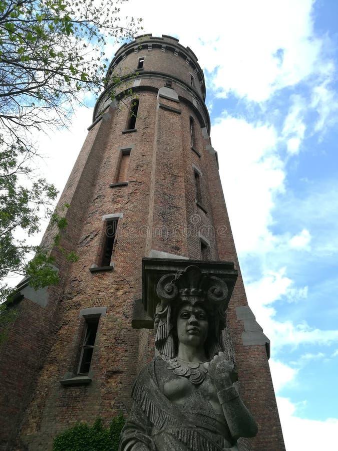 La torre de agua vieja en el parque imagenes de archivo