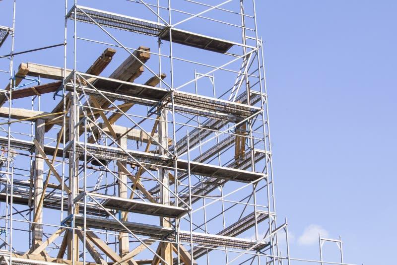 La torre de alarma vieja Restauración del campanario viejo andamio fotos de archivo libres de regalías