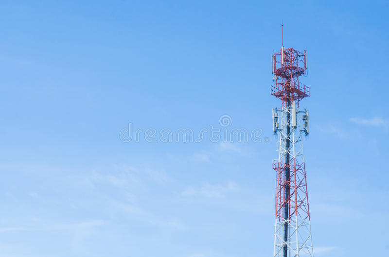 La torre de antena roja con el fondo del cielo azul imágenes de archivo libres de regalías