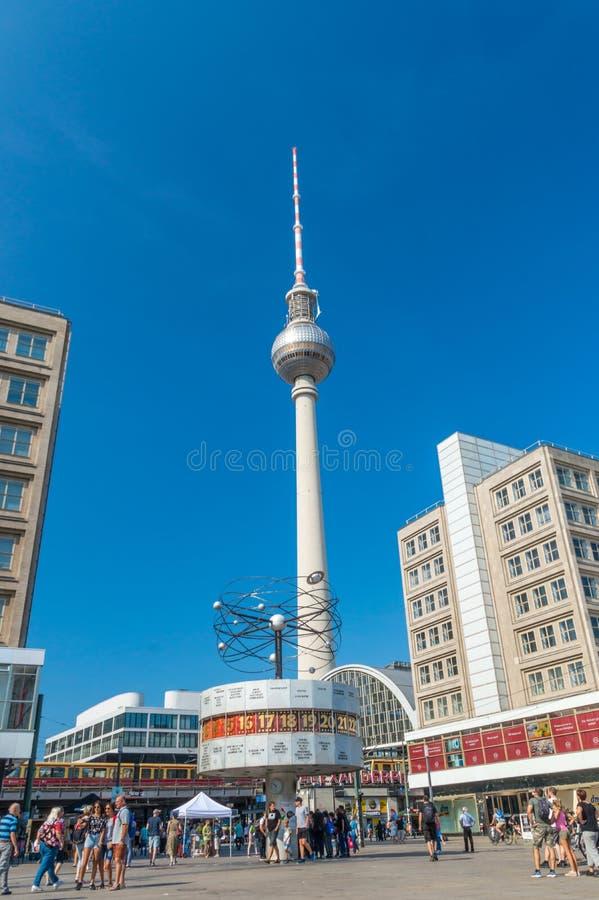 La torre de Berlín TV pasa por alto el reloj mundial en Alexanderplatz fotografía de archivo libre de regalías