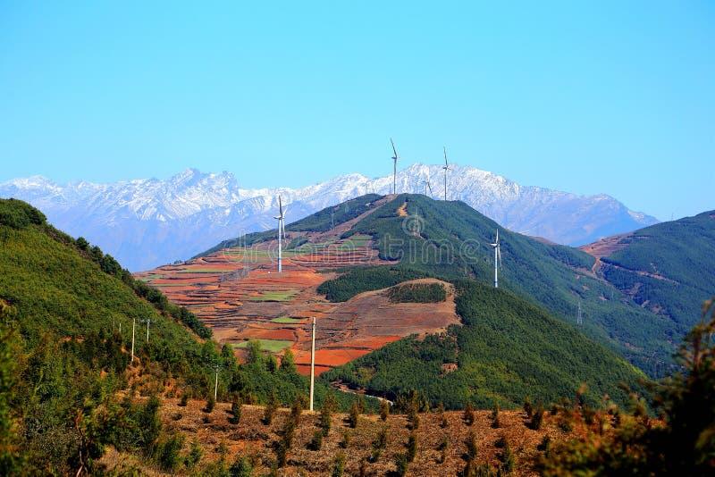 La torre de energía eólica en área escénica del suelo rojo de Dongchuan imagen de archivo libre de regalías