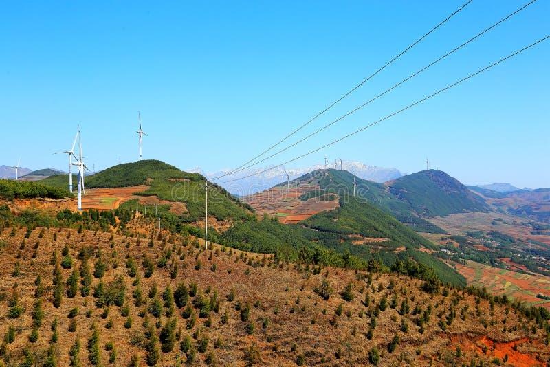 La torre de energía eólica en área escénica del suelo rojo de Dongchuan imagenes de archivo