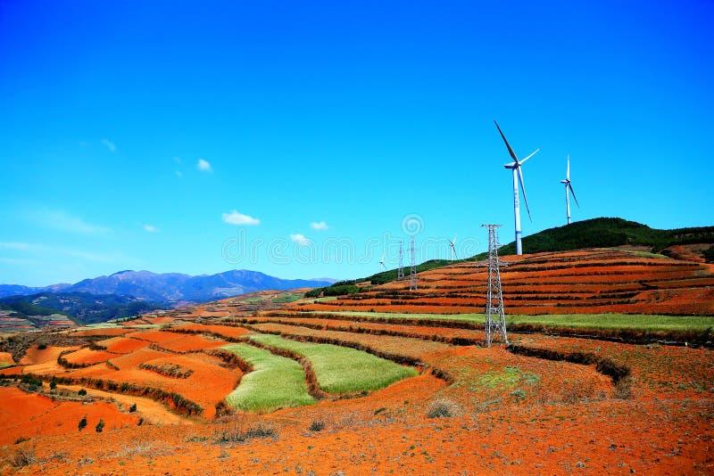 La torre de energía eólica en área escénica del suelo rojo de Dongchuan foto de archivo