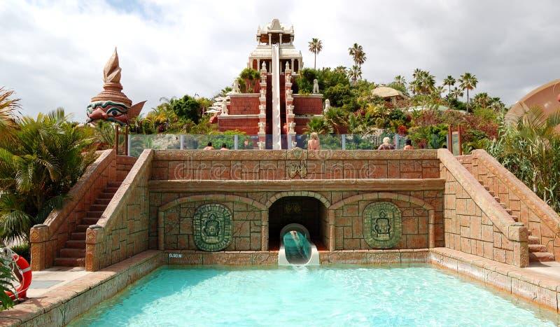 La torre de la atracción del agua de la potencia fotografía de archivo
