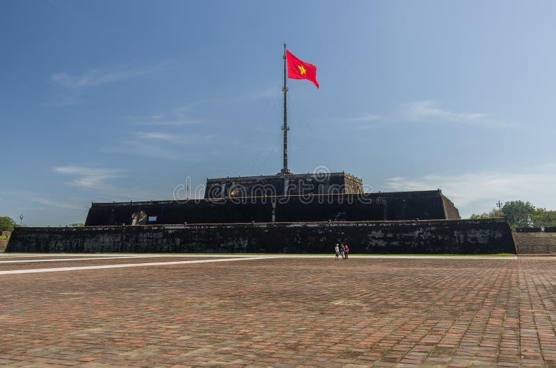 La torre de la bandera y el x28; Choza Co& x29; en la ciudadela de la ciudad de la tonalidad, Vietnam Unes fotos de archivo