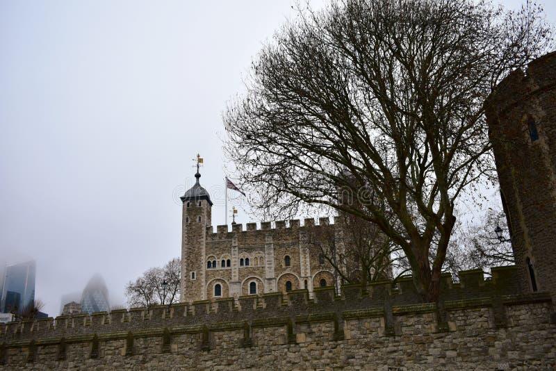 LA TORRE DE LONDRES La torre blanca con la niebla y los árboles Londres, Reino Unido foto de archivo
