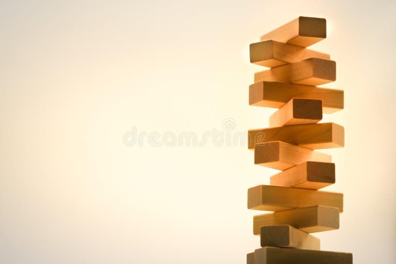 La torre de madera de la pila de los bloques de madera juega en fondo abstracto fotos de archivo libres de regalías