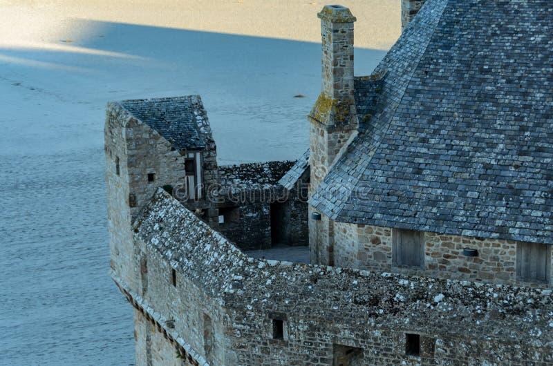 La torre de Mont Saint Michel rodeó por el agua francia imagen de archivo