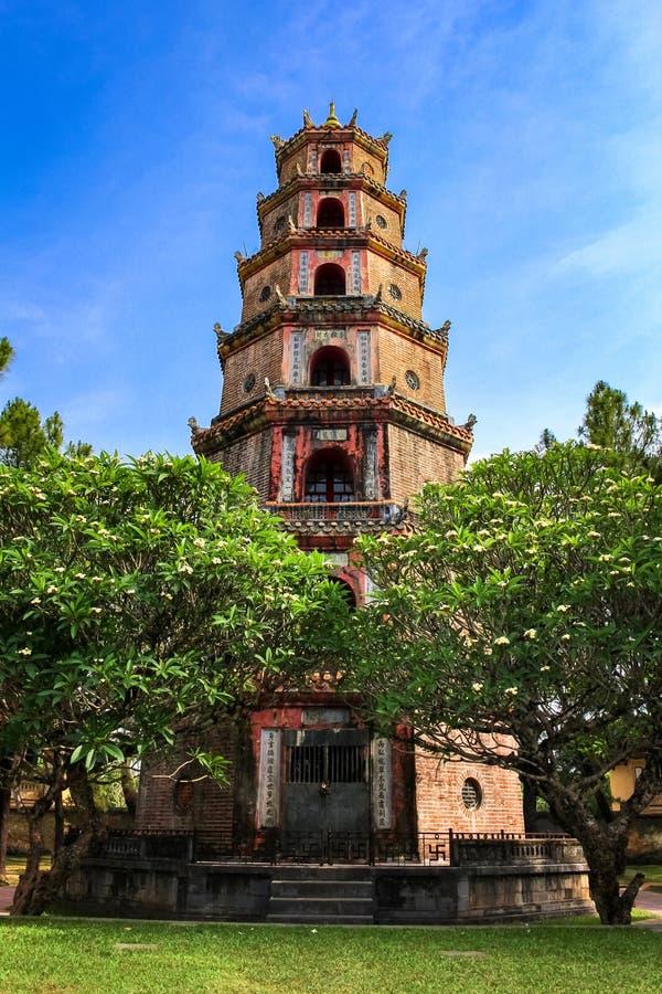 La torre de la pagoda en tonalidad, Vietnam de Thien MU imagen de archivo libre de regalías