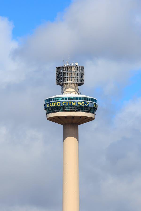 La torre de radio de la ciudad fotografía de archivo