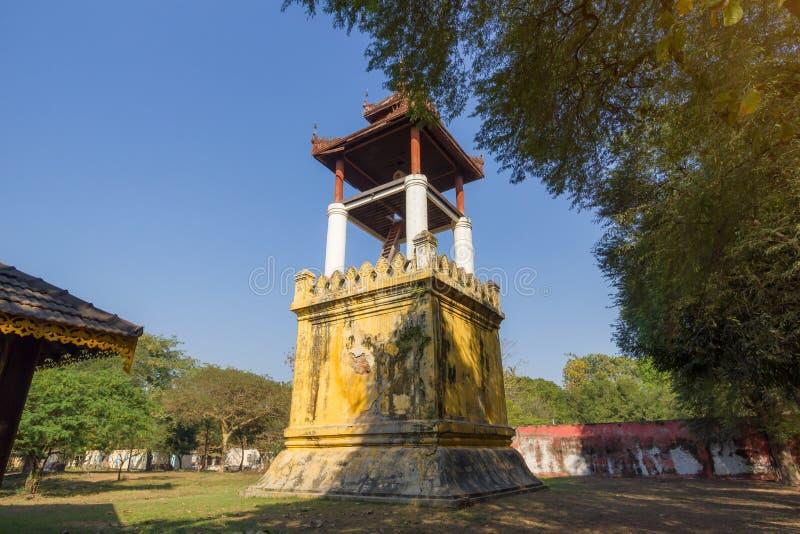 La torre de reloj con el cielo azul en el palacio de Mandalay construido en 1875 por el rey Mindon fotografía de archivo libre de regalías