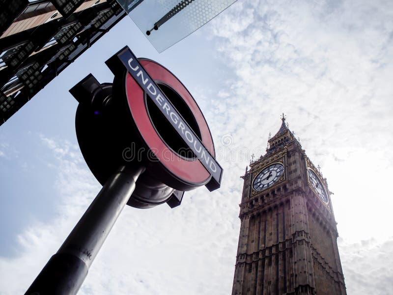 La torre de reloj de Big Ben con Londres subterráneo firma imagenes de archivo