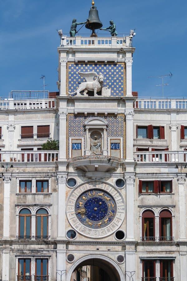La torre de reloj el St Mark en la Plaza de San Marcos en Venecia, Italia foto de archivo