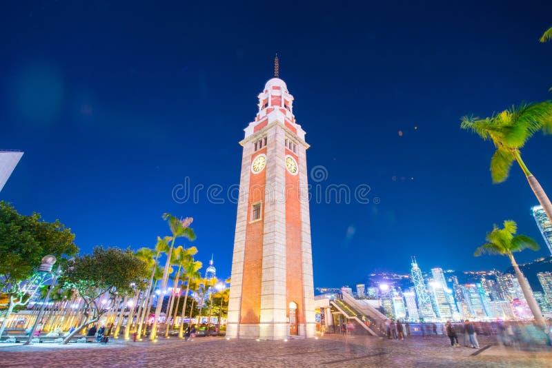 La torre de reloj es una señal en Tsim Sha Tsui en el crepúsculo imágenes de archivo libres de regalías