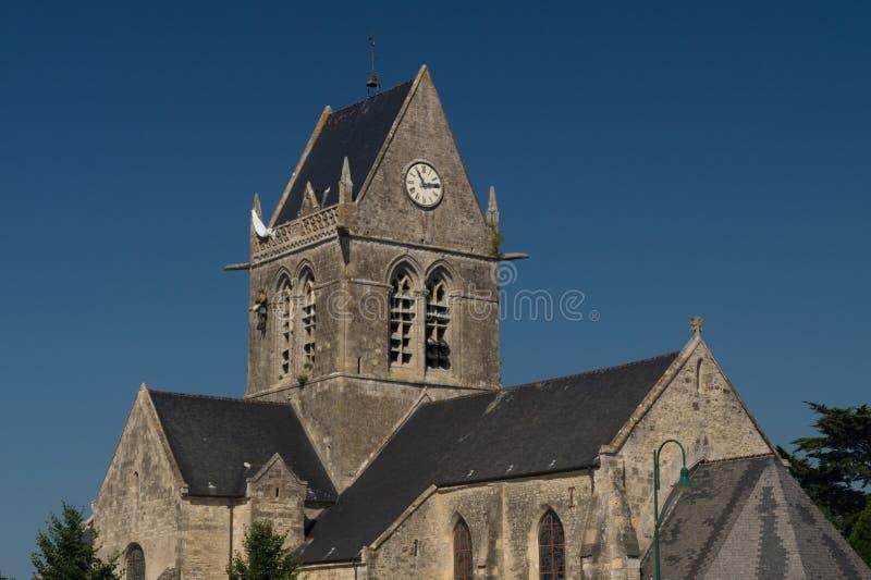 La torre de reloj de la iglesia de Sainte simple Eglise, Normandía, Francia foto de archivo libre de regalías