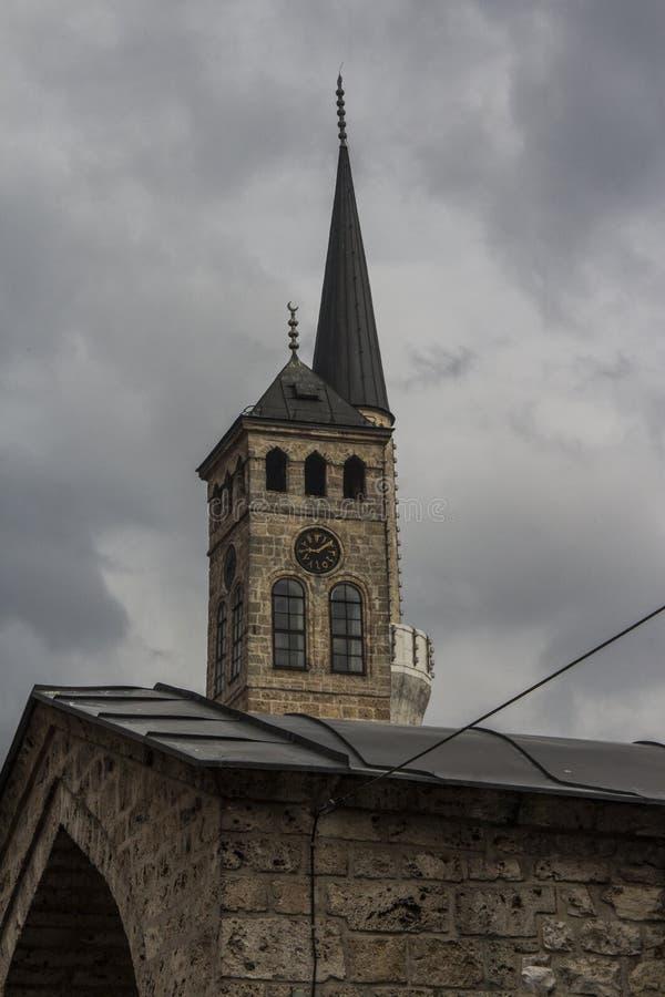 La torre de reloj de Sarajevo en Sarajevo, está situado al lado de Gazi Husrev-pide la mezquita y es una de las torres de reloj m imágenes de archivo libres de regalías