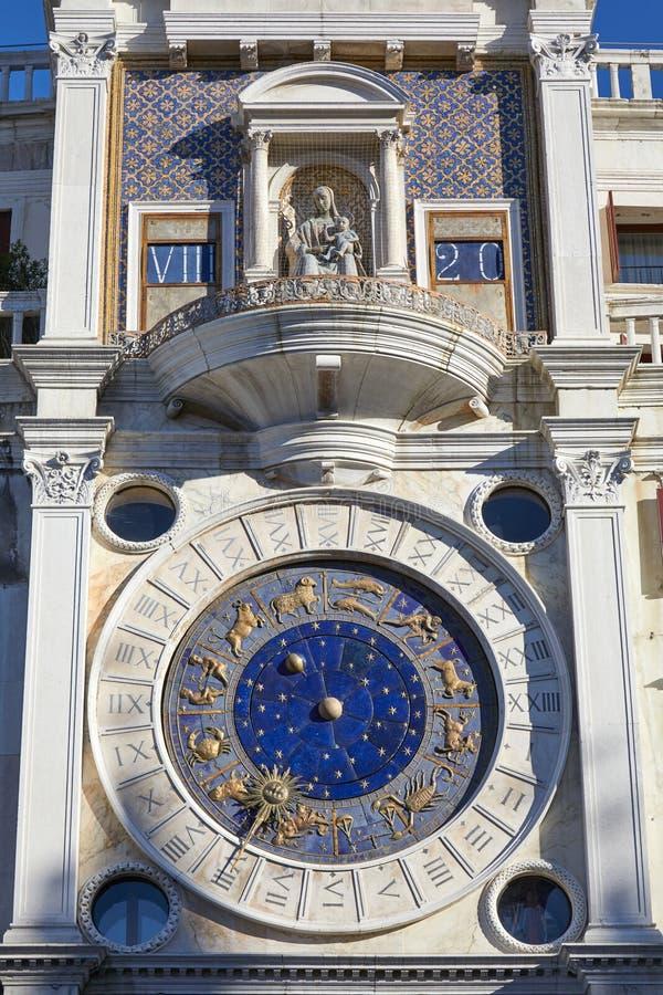 La torre de reloj de St Mark en Venecia con el zodiaco del oro firma adentro Italia imagen de archivo libre de regalías