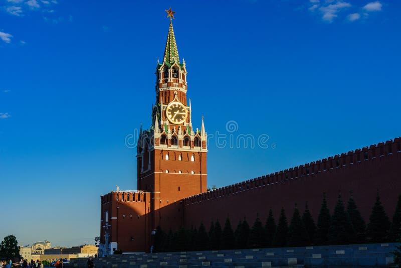 La torre de Spasskaya con los carillones del Kremlin en la Plaza Roja fotografía de archivo