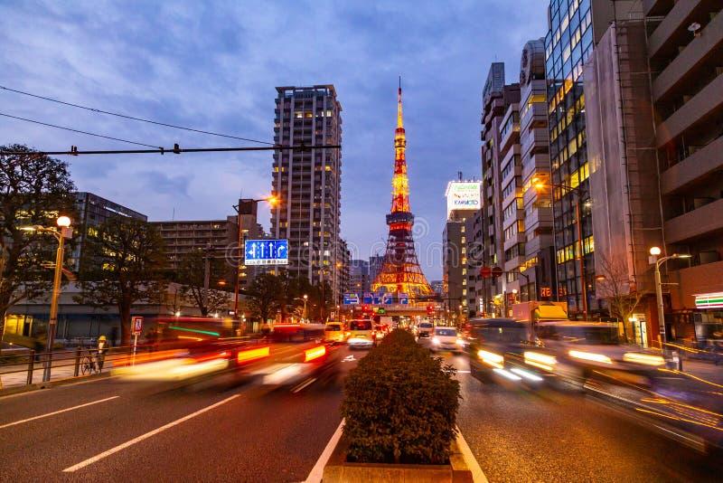 La torre de Tokio, una señal famosa de Japón, se coloca alta contra luces del cielo de la última igualación y de la ciudad de Tok foto de archivo