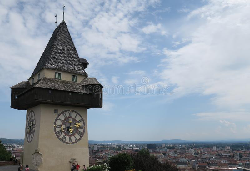 La torre de Uhrturm del reloj de la ciudad es la señal de Graz, Austria fotografía de archivo