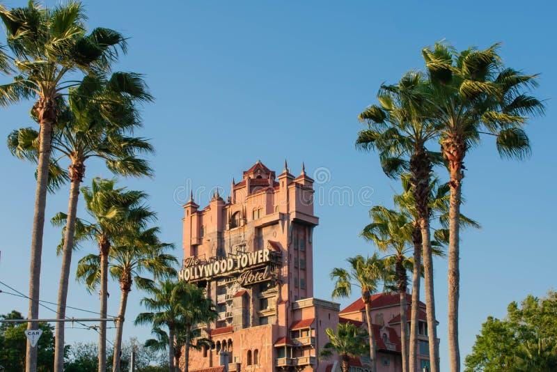 La torre de la zona crepuscular del terror y de palmeras en los estudios de Hollywood en Walt Disney World imagenes de archivo