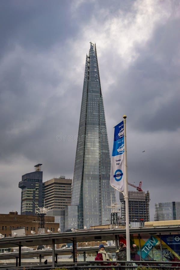 La torre dei cocci a Londra con le direzioni sulla banca del sud fotografie stock