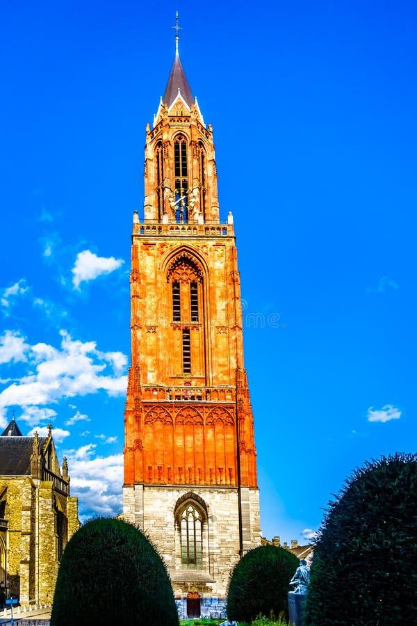 La torre del calcare del Sint gotico Janskerk nella città storica di Maastricht Ora dipinto, originalmente fatto con il sangue de fotografie stock