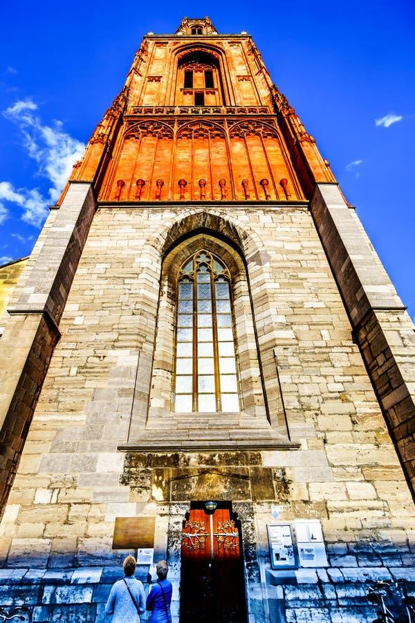 La torre del calcare del Sint gotico Janskerk nella città storica di Maastricht Ora dipinto, originalmente fatto con il sangue de fotografia stock libera da diritti