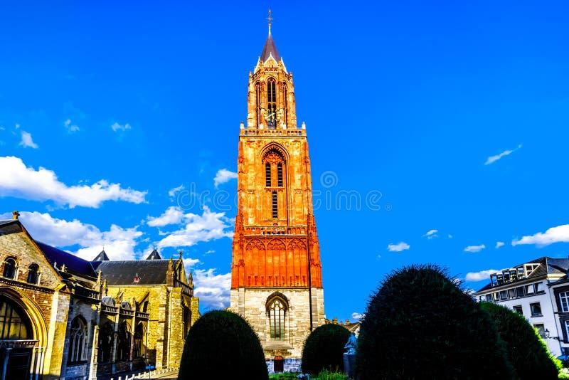 La torre del calcare del Sint gotico Janskerk nella città storica di Maastricht Ora dipinto, originalmente fatto con il sangue de immagini stock
