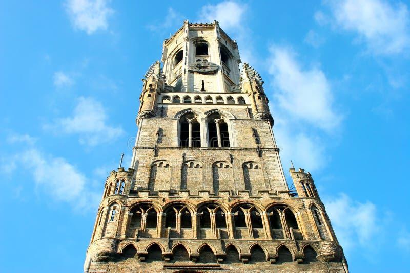 La torre del campanario de una iglesia fotos de archivo libres de regalías