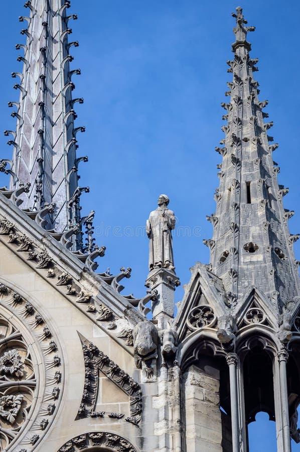 La torre del chapitel y las estatuas del santo en la fachada del sur de Notre Dame de Paris foto de archivo libre de regalías