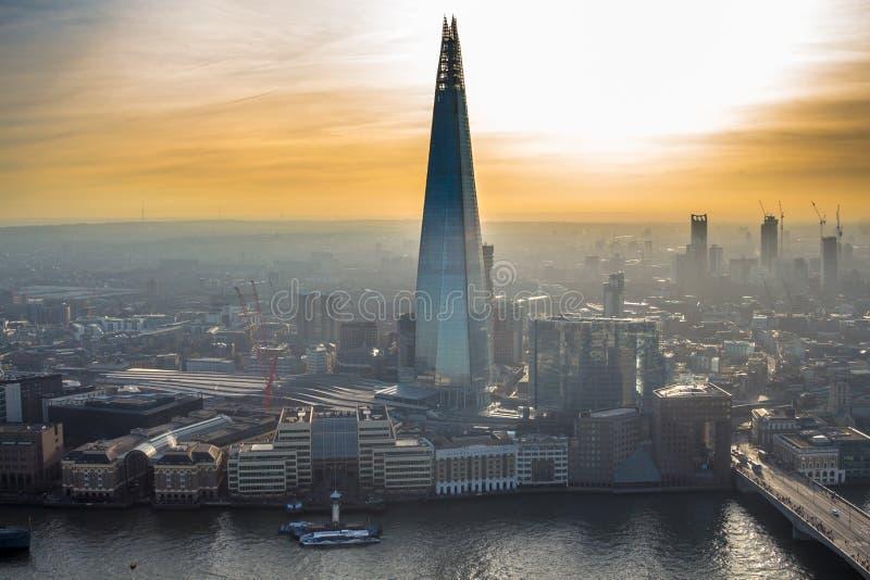 La torre del coccio che aumenta soprattutto in un tramonto arancio fotografia stock libera da diritti