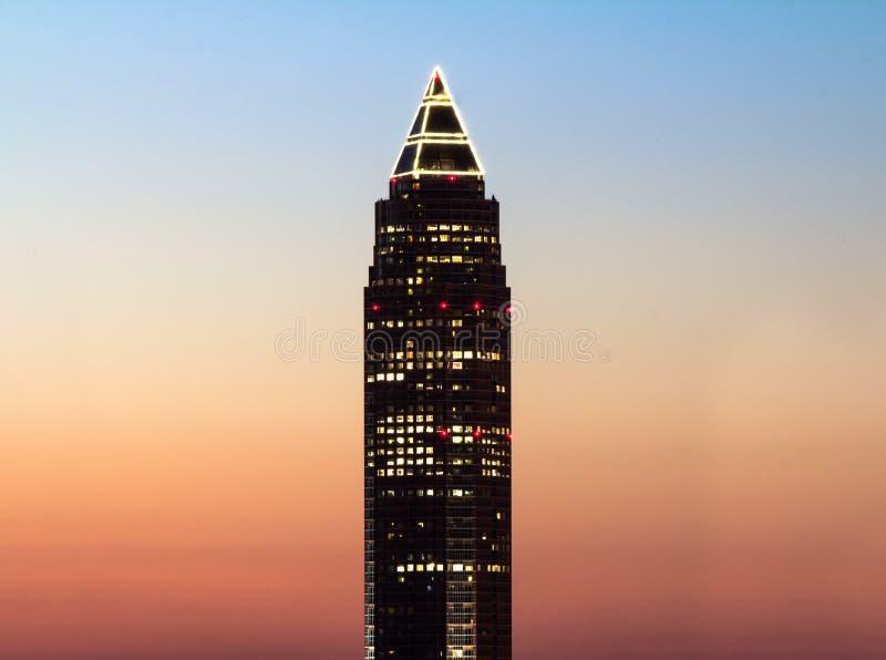 La torre del lápiz (Messeturm) en la puesta del sol imagenes de archivo