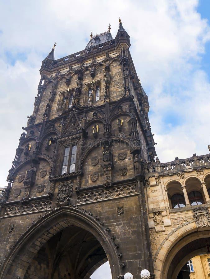 La torre del polvo y el Pasillo municipal en Praga, capital de la Rep?blica Checa imagen de archivo