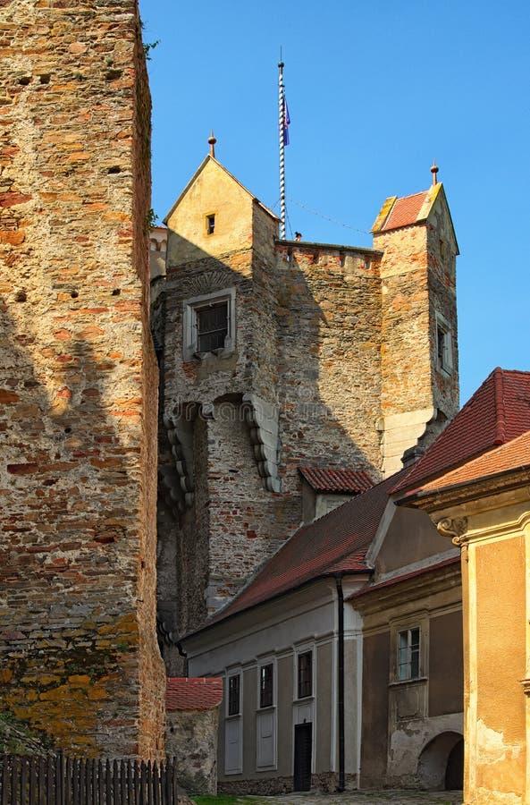 La torre del reloj en el castillo de Pernstejn Este castillo empleado una roca sobre el pueblo de Nedvedice fotos de archivo