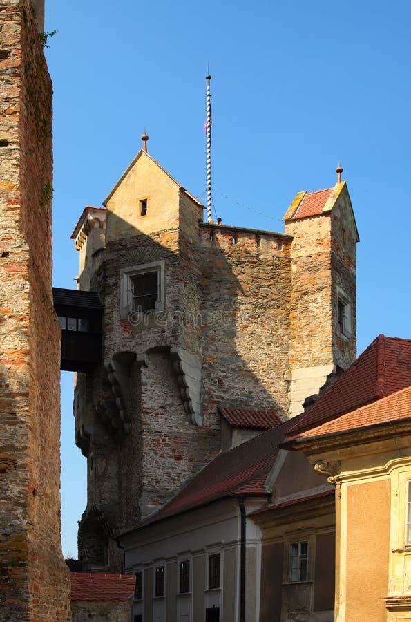 La torre del reloj en el castillo de Pernstejn Este castillo empleado una roca sobre el pueblo de Nedvedice, región del sur de Mo fotografía de archivo